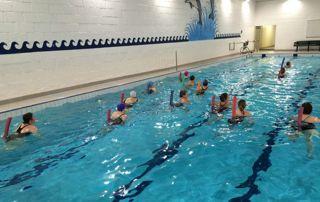 cours de sport aquatique en piscine