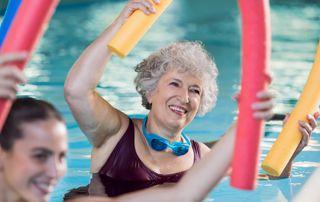 femme de 60 ans faisant de l'aquagym