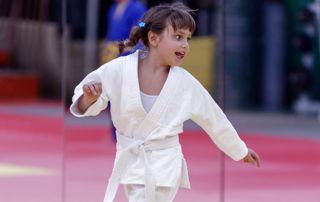 petite fille en kimono en cours d'arts martiaux