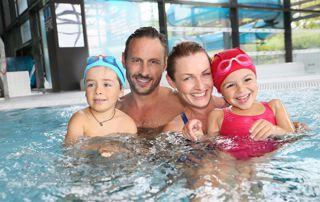 famille dans une piscine