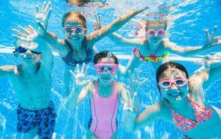 enfants suivant un cours de natation