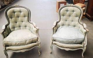 Deux fauteuils de style classique