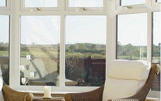 maison avec bardage en bois et baies vitrées