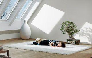 enfant endormi sur le sol dans la lumière du velux