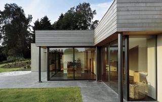 maison bardage bois et baies vitrées