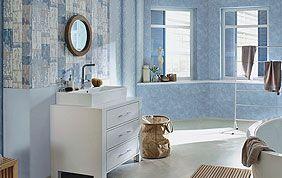 Salle de bain tapissée en bleu