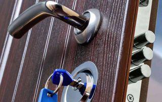 porte blindée avec clé sur la serrure