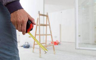 Ouvrier avec un mètre en main