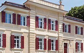 villa avec volets et portes rouges