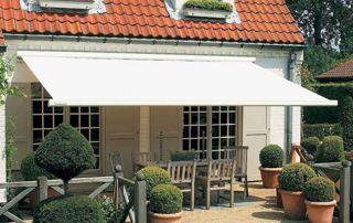 Façade habitation tente solaire blanche terrasse