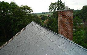 toit incliné avec cheminée