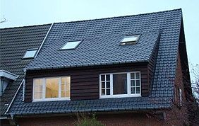 toiture en tuiles avec fenêtres