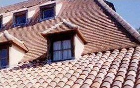 lucarne sur toit en tuiles