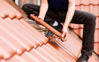 pose de tuiles sur toit incliné