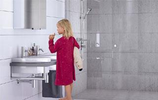 petite fille dans sa salle de bain
