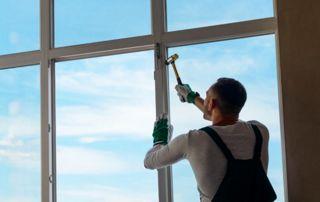 vitrier montrant des miroirs sur mesure à suspendre au mur