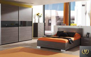 chambre avec lit 2 places et grand placard à portes coulissantes