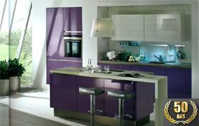 cuisine violette avec bar central