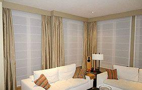 salon cosy avec tentures beiges et habillage de fenêtre en tissu blanc
