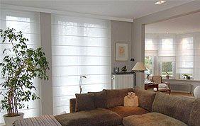 salon avec canapé d'angle et stores translucides