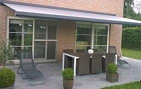 store terrasse à l'arrière d'une maison dans le jardin