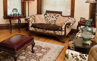Antiquités : divan, table basse et tapis