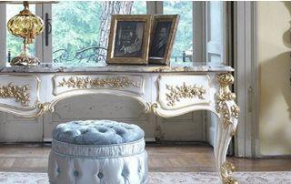 Table ouvragée en bois avec dorure et plateau en marbre