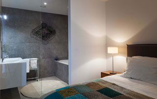chambre ouverte sur salle de bain