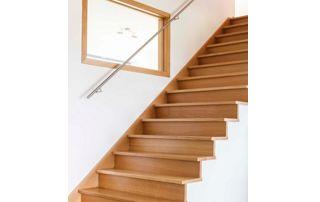 escalier en bois clair