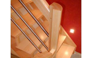escalier moderne en bois clair