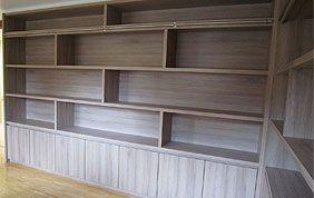 bibliothèque en bois encastrée