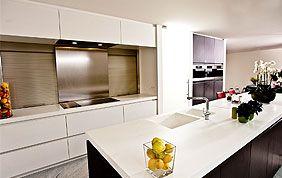 cuisine blanche et noire avec ilot central