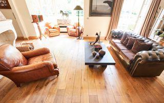 salon avec plancher bois massif