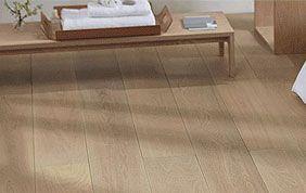 table basse en bois et plancher
