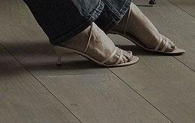parquet clair pieds de femme