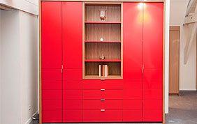 armoire rouge sur mesure avec tiroirs et étagères