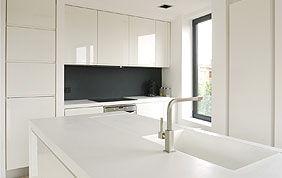 cuisine blanche avec placard et plan de travail sur mesure