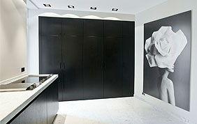 grand placard de cuisine noir