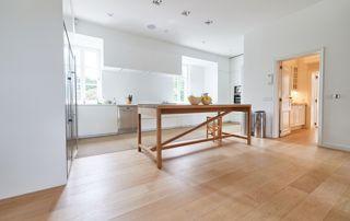 salle à manger avec sol en bois