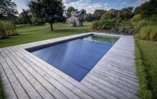 volet sur piscine avec abords en bois