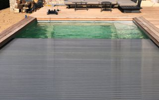 volet métallique sur piscine extérieure