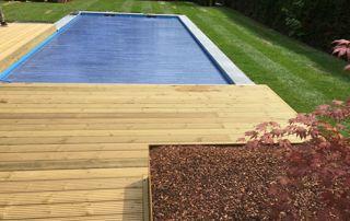 volet de piscine avec abords en bois