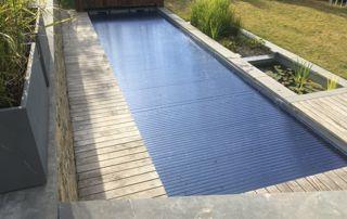 grande piscine extérieure avec protection