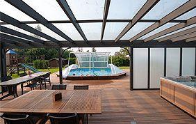 pergola plancher bois ouverte sur piscine