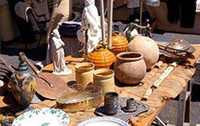 divers objets et poterie sur un stand