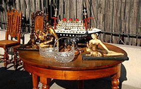 Tables en bois ronde et objets anciens