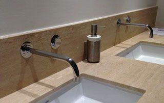 lavabos avec revêtement pierre naturelle