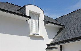 volet blanc sur fenêtre de toit