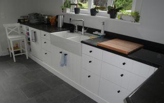 meuble de rangement cuisine avec revêtement marbre noir