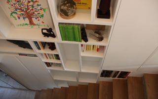 placard le long d'un escalier